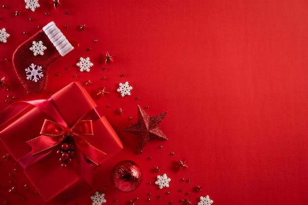 Weihnachtsdekorationshintergrund auf rotem hintergrund