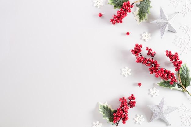 Weihnachtsdekorationshintergrund auf weißem hintergrund