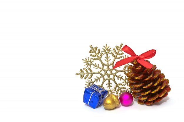 Weihnachtsdekorationskiefernkegel mit scheinen, glänzender schneeflocke und handgemachter goldener eichel an