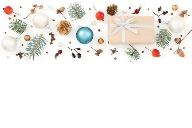 Weihnachtsdekorationsmuster auf weiß