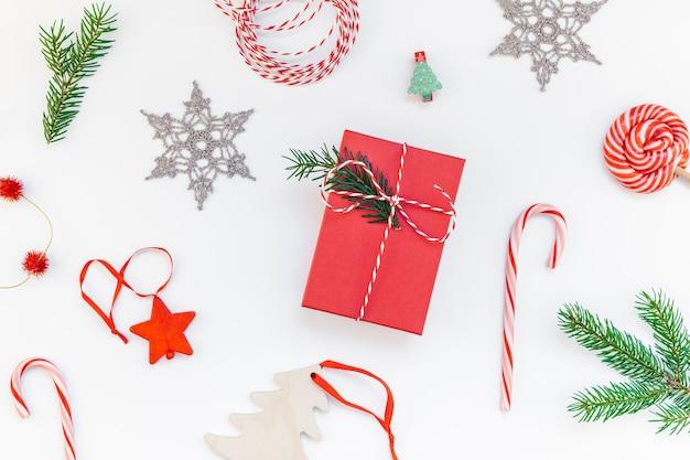 Weihnachtsdekorationsmuster auf weißem hintergrund