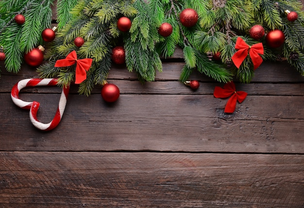 Weihnachtsdekorationsrahmen auf holzuntergrund