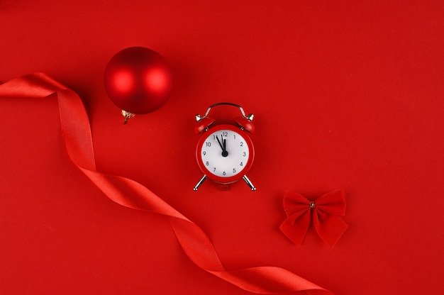 Weihnachtsdekorationsrahmen in rottönen mit roten elementen.