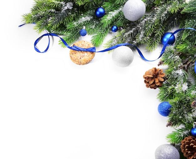 Weihnachtsdekorationsrahmen isoliert auf weiß