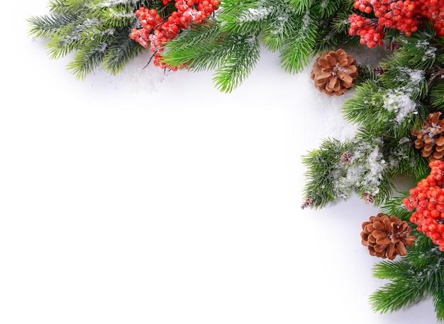 Weihnachtsdekorationsrahmen lokalisiert auf weiß