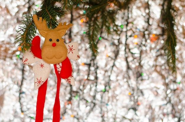 Weihnachtsdekorationsrotwild auf dem funkeln. grußkarte, exemplar