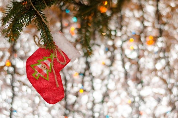Weihnachtsdekorationsspielzeug auf dem funkeln. grußkarte . copyspace