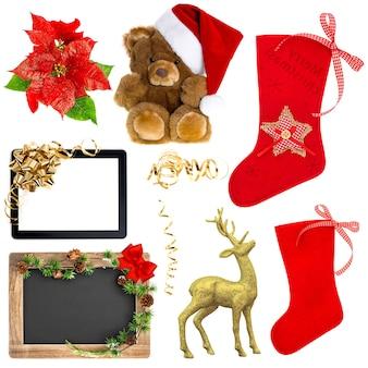 Weihnachtsdekorationsverzierungen lokalisiert auf weißem hintergrund. weihnachtsmütze, roter strumpf, geschenkbox, hirsch, tablet-pc mit goldener schleife, tafel mit weihnachtsbaumzweigen