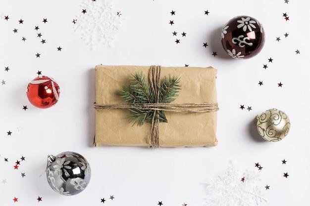 Weihnachtsdekorationszusammensetzungsgeschenkboxfichtenbrunchbälle funkeln sterne