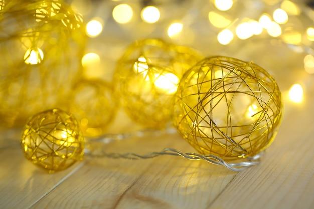 Weihnachtsdekorative kugeln und girlande, auf hölzernem hintergrund
