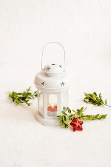 Weihnachtsdekorative weiße laterne auf hellem hintergrund