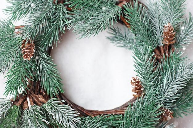 Weihnachtsdekorativer kranz auf einem hellen hintergrund