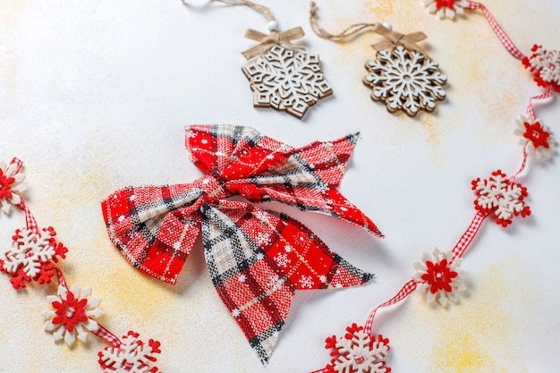 Weihnachtsdekore, bälle, schneeflocken.