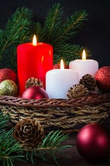 Weihnachtsdekorkerzen in der festlichen dekoration der zusammensetzung des neuen jahres