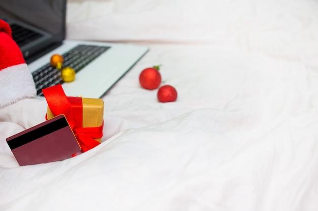 Weihnachtseinkäufe online mit kreditkarte und laptop für die weihnachtsferien.