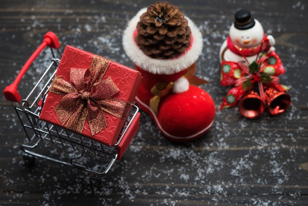 Weihnachtseinkaufskonzept auf hölzernem hintergrund