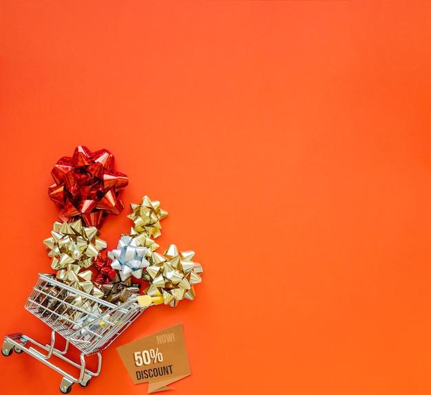Weihnachtseinkaufskonzept mit warenkorb