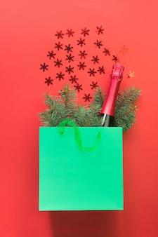 Weihnachtseinkaufspapiertüte mit champagner