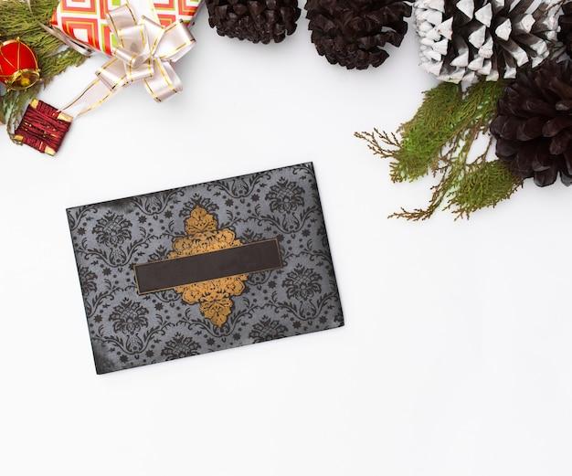 Weihnachtseinladungskarte. weihnachtsgeschenke, bögen, dekor. flach legen
