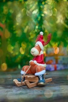 Weihnachtselche in der feiertagskleidung auf holz
