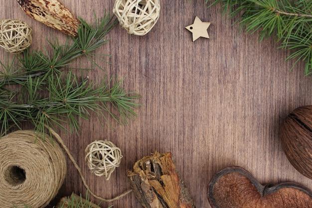 Weihnachtselemente auf holzuntergrund