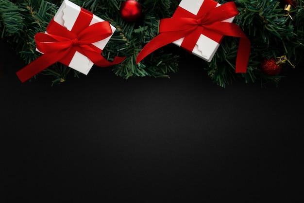 Weihnachtselemente auf schwarzem hölzernem hintergrund