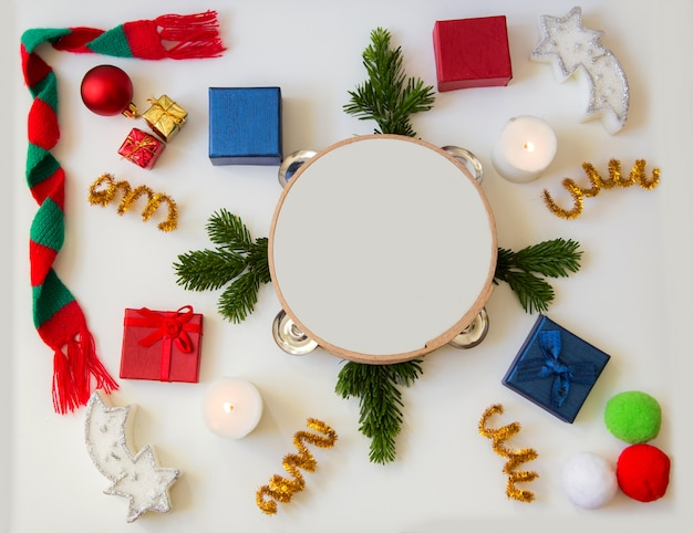Weihnachtselementhintergrund und -tamburin in der mitte mit dem raum zum zu schreiben