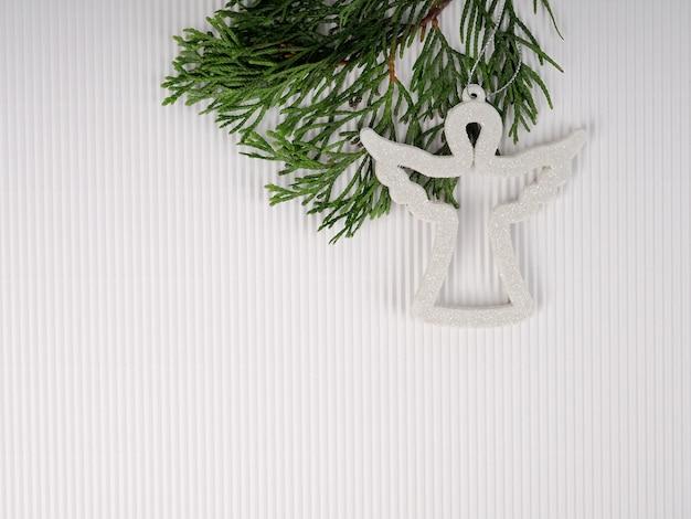 Weihnachtsengel auf weißem hintergrund, weihnachtskartenschablone