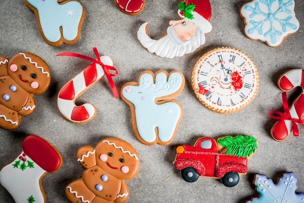 Weihnachtsespritauswahl von selbst gemachten bunten lebkuchenplätzchen. draufsicht, exemplar