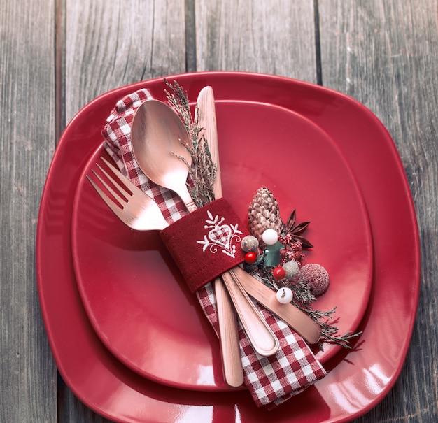 Weihnachtsessen besteck mit dekor auf einem holztisch