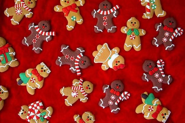 Weihnachtsessen lebkuchenmann kekse in weihnachtseinstellung weihnachten roter hintergrund draufsicht retro moder...