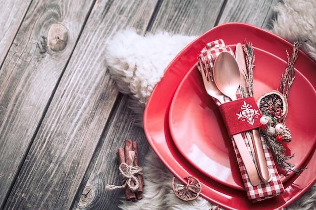 Weihnachtsessen mit schönem besteck und festlichen dekorationen auf holzhintergrund, feierkonzept und heimeliger atmosphäre