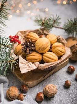 Weihnachtsessen. shortbread walnussförmige kekse orekki mit karamell.