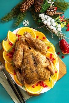 Weihnachtsessen winter feiertagstisch gebackener truthahn mit gewürz draufsicht flach