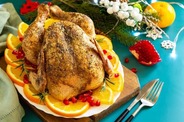 Weihnachtsessen winter feiertagstisch gebackener truthahn mit gewürzen