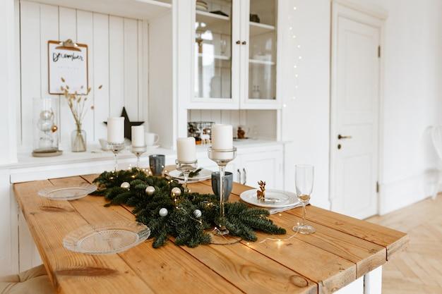 Weihnachtsesszimmerdekoration in hellen farben.
