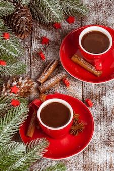Weihnachtsfahne mit grünem baum, zapfen, rote schale mit heißer schokolade, rote dekorationen, zimt