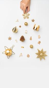 Weihnachtsfahnenhintergrund. frauhanddekoration goldene farbe weihnachtsartikel im weihnachtsbaum