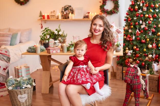 Weihnachtsfamilie mutter und tochter. frohe weihnachten und schöne feiertage porträt.