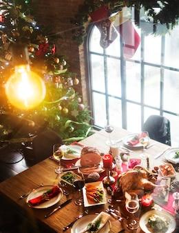 Weihnachtsfamilien-abendessen-tisch-konzept