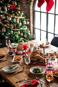 Weihnachtsfamilien-abendtisch-konzept