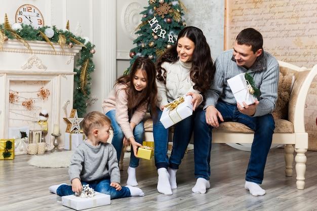 Weihnachtsfamilien-porträt im hauptfeiertags-wohnzimmer