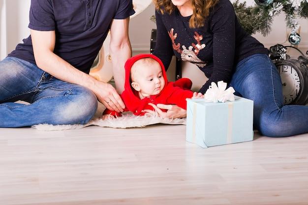 Weihnachtsfamilienporträt im haus, haus, das durch weihnachtsbaum verziert.