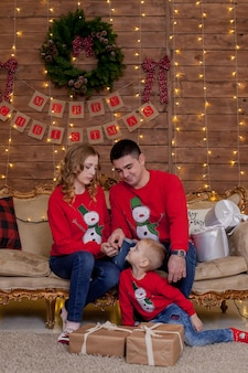 Weihnachtsfamilienporträt in weihnachtsbaum-innenbeleuchtung