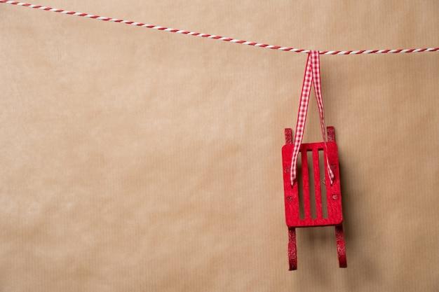 Weihnachtsfee weihnachtsdekorativer pferdeschlitten, der an einem farbband hängt