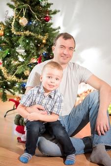Weihnachtsfeier familie im zimmer mit weihnachtsbaum