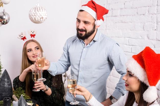Weihnachtsfeier fröhliche freunde beim trinken und spaß