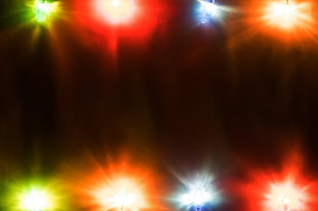 Weihnachtsfeier girlande aus glühbirnen auf holzhintergrund kopienraum für inschriften. ansicht mit textfreiraum
