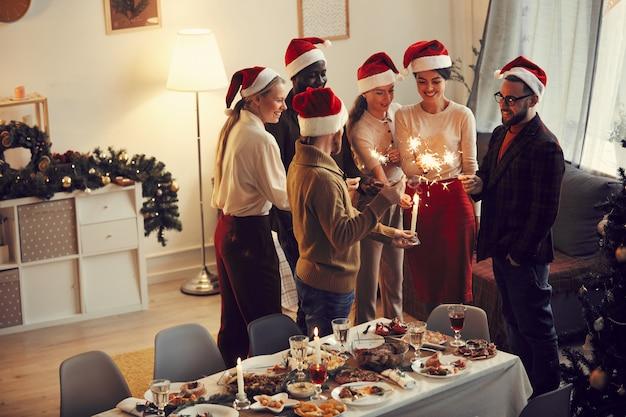 Weihnachtsfeier mit funkelnden lichtern