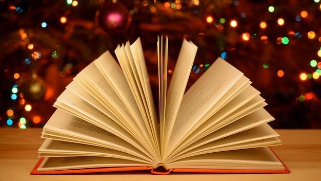Weihnachtsfeier offenes kinderbuch auf dem tisch